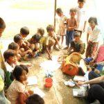 Séance de dessin dans un orphelinat au Cambodge