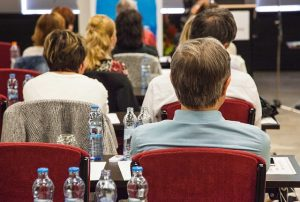 seminaires humanitaires 2020 personnes assises