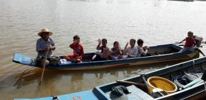enfants dans un bateau mission humanitaire au cambodge