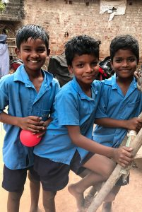 equipe humanitaire 3 enfants