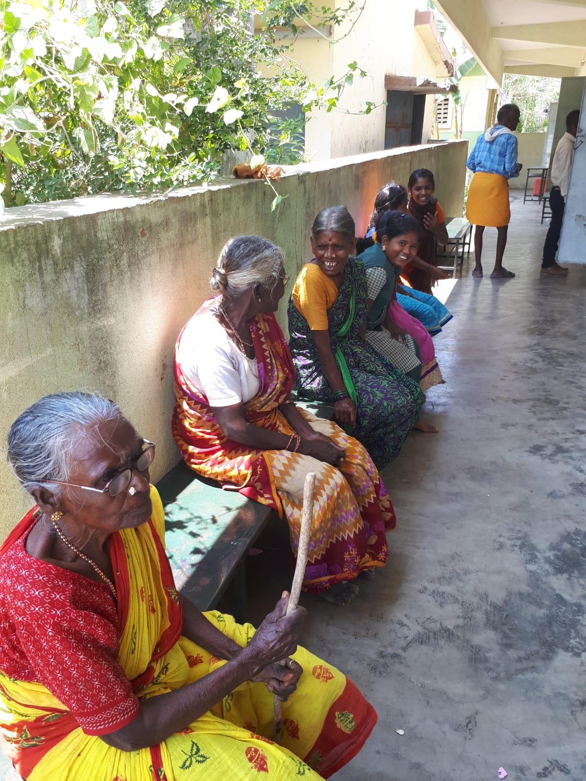 humanitaire en inde personnes assises