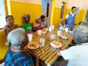 groupe de personnes assises mission humanitaire a madagascar