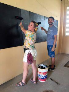 deux personnes peindre experience humanitaire