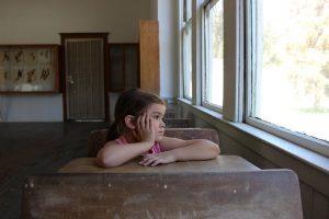 enfant assis sans missions