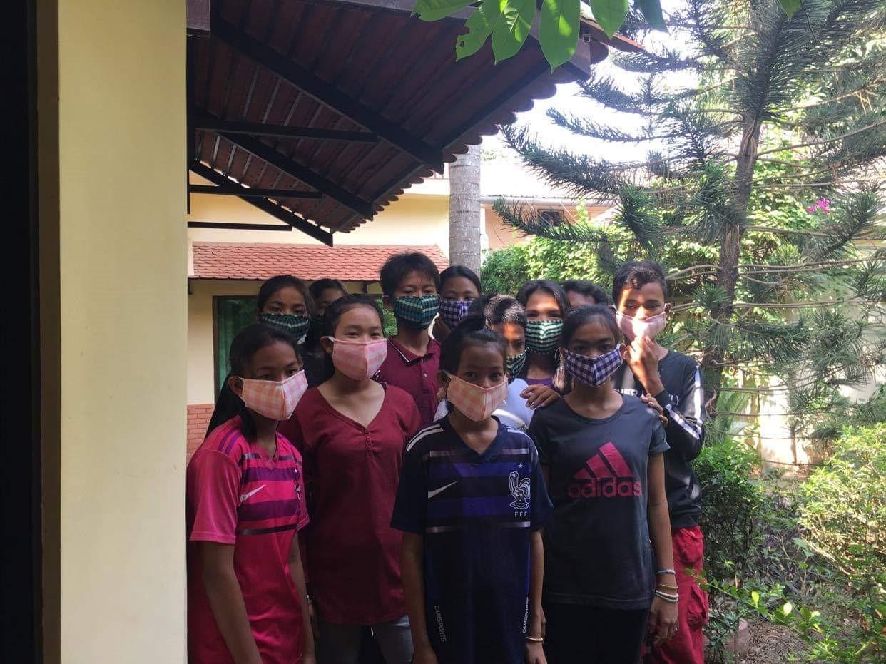 enfants cambodgiens avec un masque pour faire face au virus