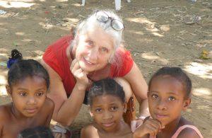 femme enfants madagascar solidarite
