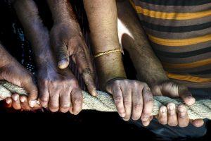 mains les gestes de solidarite